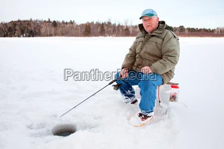 invierno canada pesca agujero pescador hombre