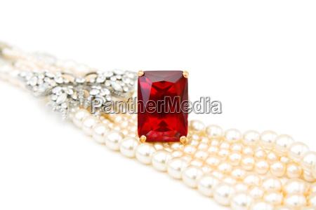 anillo de rubi rojo y perlas