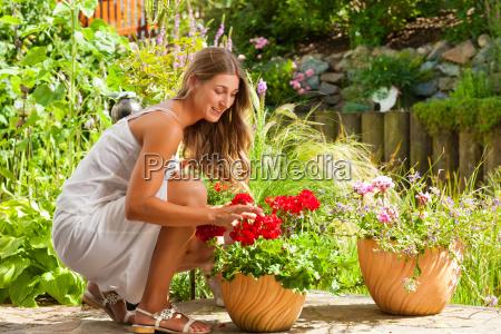 jardin en verano mujer feliz