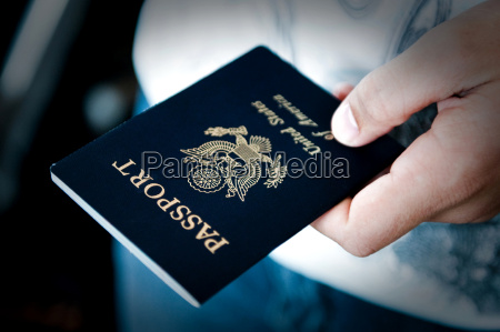 pasaporte en mano