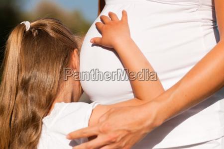 embarazo chica tocando madre embarazada