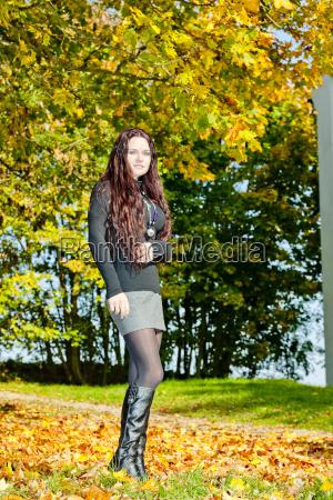 mujer joven en la naturaleza otonyal