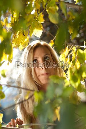 joven mujer rubia sana en otonyo