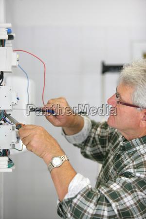 hombre ingeniero electrico