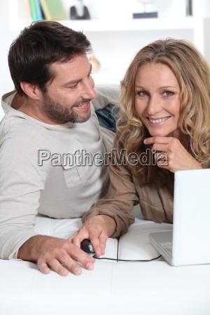 marido mirando mujer en la computadora
