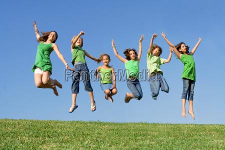 grupo feliz de los ninyos de