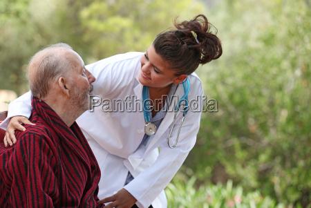 la enfermera y el cuidado en