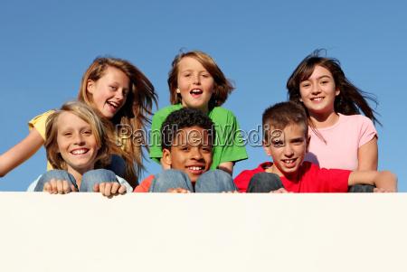 grupo diverso de ninyos sosteniendo muestra