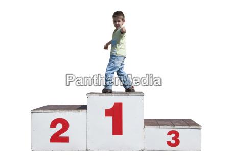 chico en el podio