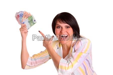 mujer feliz por su aumento salarial