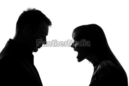 una pareja hombre y mujer gritando
