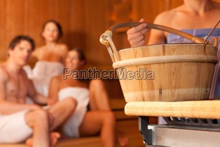 cuatro amigos en una sauna banyo