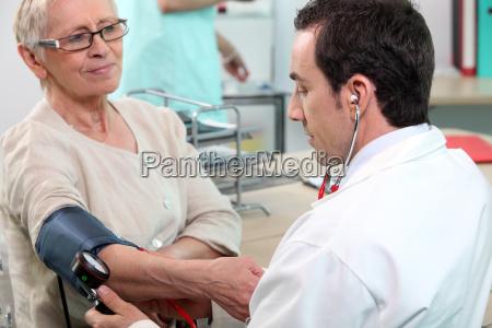doctor comprobando la presion arterial de