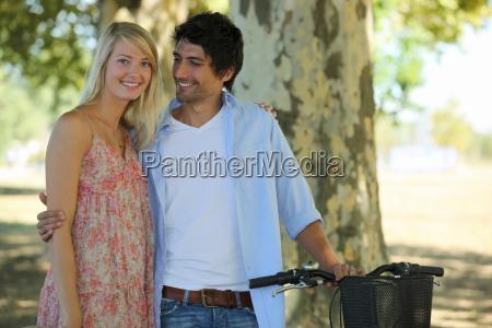 linda pareja en el parque con