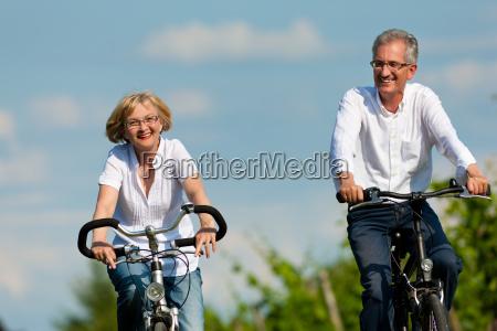 la pareja feliz esta completando un