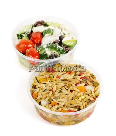 ensaladas preparadas en recipientes para llevar