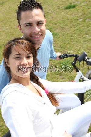 pareja joven andar en bicicleta en