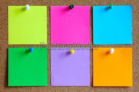 coloridas notas adhesivas en el tablon