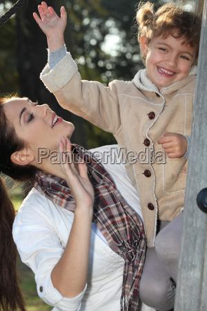madre e hija que sube un