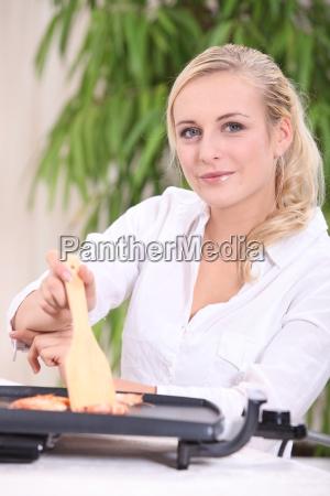 mujer sentada en una mesa usando