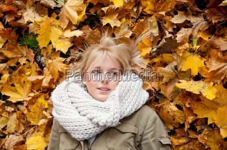 adolescente en las hojas de otonyo