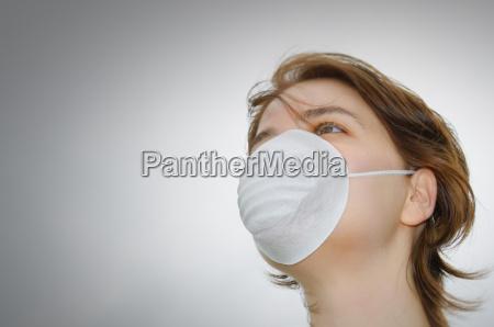 mujer con mascara medica y espacio