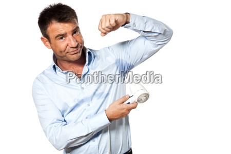 un hombre sudor mancha transpire el