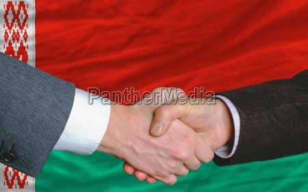 los hombres de negocios handshakeafter buen