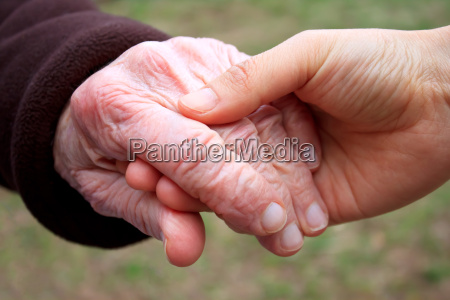 mayor joven tenencia manos