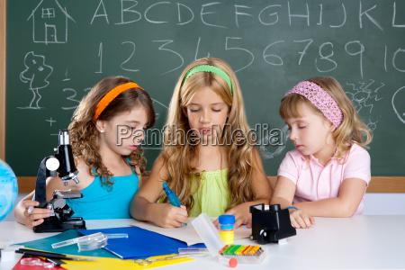 grupo de ninyos de ninyas estudiantes