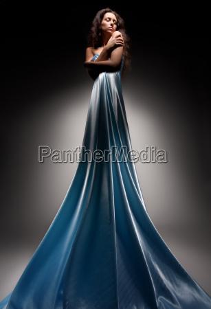 hermosa morena en vestido largo