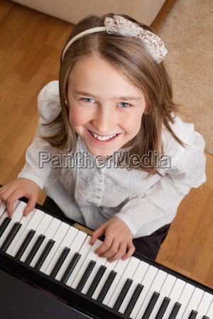 tocando el piano en casa