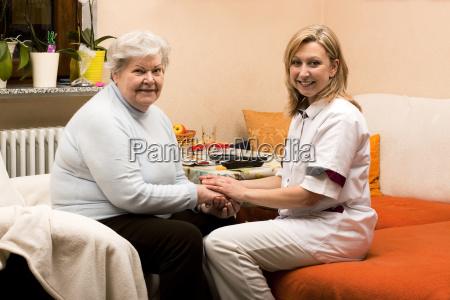 altenpflegerin hace visitas a domicilio