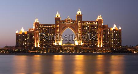 atlantis hotel iluminado por la noche