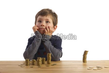 un ninyo sentado en suenyos antes