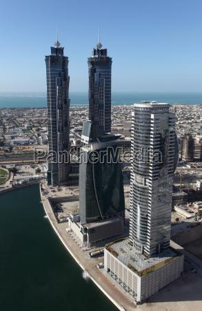 rascacielos en la bahia de negocios