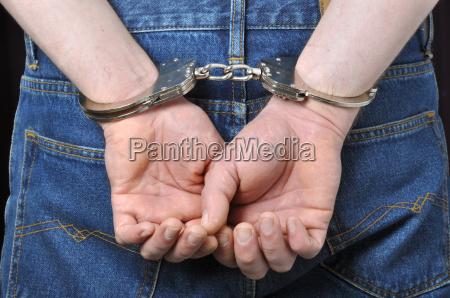 manos criminales encerrados en esposas