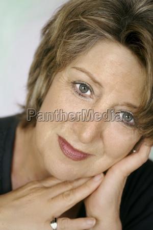 mujer cara retrato carisma mayor encantador