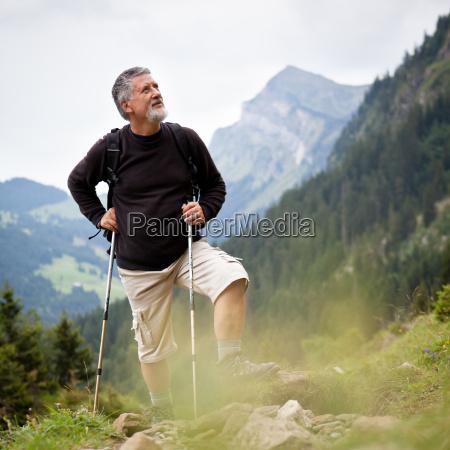 senderismo mayor hermoso en las montanyas
