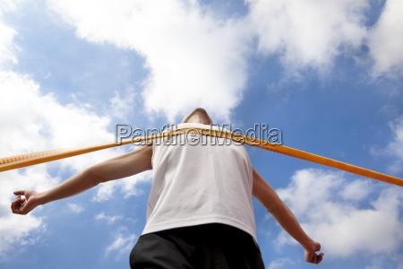 corredor ganador con fondo de nube