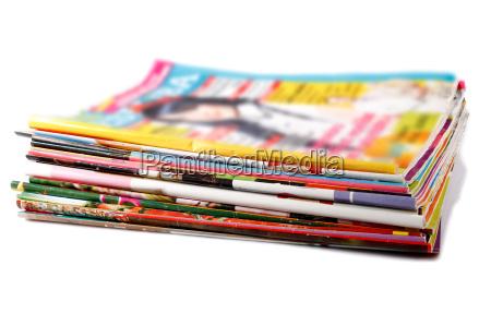 pila de revistas de colores antiguos