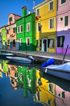 reflejos coloridos del canal burano italia