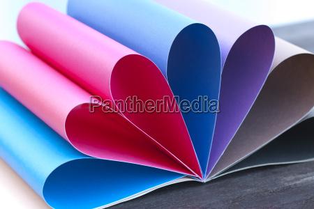 arco iris de papel coloreado