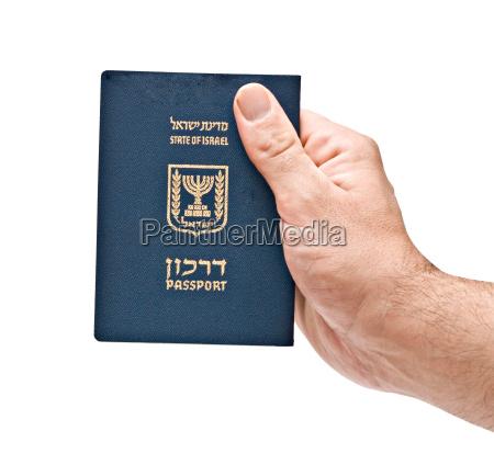 pasaporte de israel en la mano