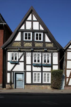 pequenya casa con entramado de madera