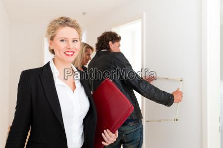 joven pareja visitando un apartamento con