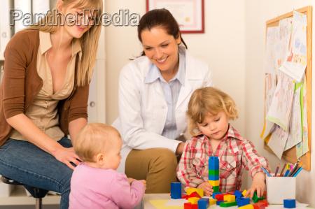 pediatra madre hija jugando en la