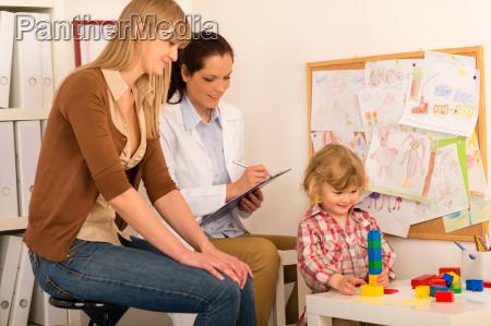 pediatra observar ninyo ninya jugar en