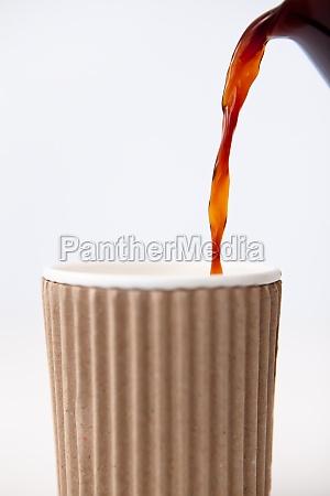 taza de papel llena de cafe