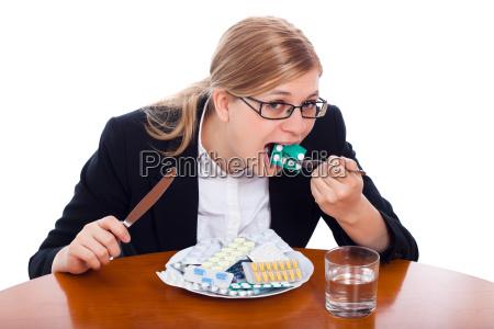 mujer comiendo drogas tabletas y pildoras